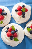 Pavlova bezy tort z śmietanką i jagodą Zdjęcia Royalty Free