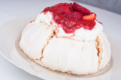 Pavlova cake with strawberry Royalty Free Stock Images