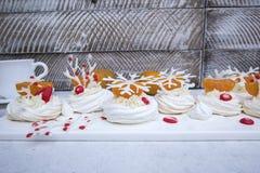 Pavlova de Anna com um creme cremoso, as tangerinas e um floco de neve de um aysing imagens de stock royalty free