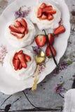 Pavlova della fragola e di mascarpone Fotografie Stock Libere da Diritti