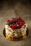 Pavlova, een huis maakte cake van lagen schuimgebakje, slagroom, en verse bessen Stock Foto
