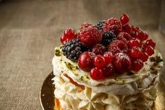 Pavlova, een huis maakte cake van lagen schuimgebakje, slagroom, en verse bessen Stock Afbeelding