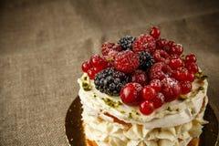 Pavlova, een huis maakte cake van lagen schuimgebakje, slagroom, en verse bessen Stock Afbeeldingen
