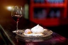 Pavlova efterrätt på restaurangen royaltyfri fotografi