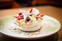 Pavlova ett hem gjorde kakan från lager av maräng royaltyfria bilder