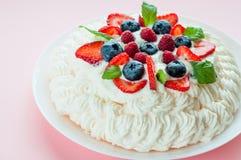 Pavlova kaka med bär Fotografering för Bildbyråer
