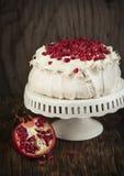 Pavlova kaka med granatäpplet Royaltyfri Foto