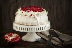 Pavlova kaka med granatäpplet Royaltyfri Fotografi