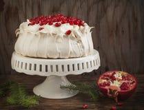 Pavlova kaka med granatäpplet Royaltyfria Bilder