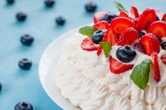 Pavlova kaka med jordgubbar, blåbär royaltyfri bild