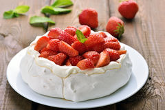 Pavlova kaka med jordgubben fotografering för bildbyråer