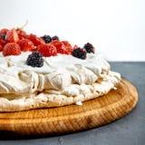 Pavlova kaka med jordgubben arkivbilder