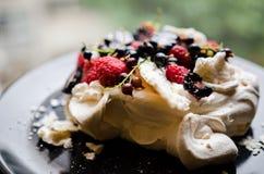 Pavlova-Kuchen mit Beeren Stockbild