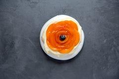 Pavlova marängkaka med kräm, aprikors och blåbär Pavl Arkivfoto