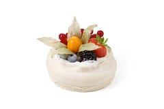 Pavlova tort odizolowywający Zdjęcia Royalty Free
