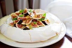 Pavlova tort z świeżymi figami i pomarańczowym zapałem Zdjęcie Royalty Free