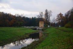 Pavlovsk公园、河Slavyanka和Pil塔 免版税库存图片