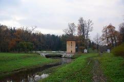 Pavlovsk公园、河Slavyanka和Pil塔 库存照片