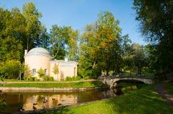 Pavlovsk公园疆土的亭子冷的巴恩在Pavlovsk的,圣彼得堡,俄罗斯Slavyanka河附近 免版税库存图片