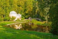 Pavlovsk有Pavlovsk宫殿和名骑手桥梁的公园疆土在Pavlovsk,圣彼德堡,俄罗斯的秋天晚上 免版税库存照片