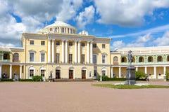 Pavlovsk παλάτι και Pavel το πρώτο μνημείο, Αγία Πετρούπολη, Ρωσία στοκ φωτογραφία με δικαίωμα ελεύθερης χρήσης