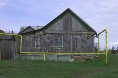 PAVLOVSK, ΡΩΣΙΑ - 25 ΑΠΡΙΛΊΟΥ 2017: το παλαιό ξύλινο σπίτι και ο σωλήνας αερίου στοκ εικόνες