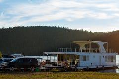 Pavlovsk behållare, Ryssland - Augusti 10, 2018: vit husbåt som parkeras på kusten fotografering för bildbyråer