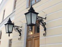 Pavlovsk Deux lampes décoratives sur un mur du grand palais Photographie stock libre de droits