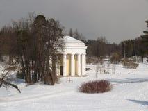 Pavlovsk Le temple d'amitié en parc d'hiver Images libres de droits