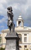 Pavlovsk Monumento al emperador Paulo I en el fondo del palacio magnífico Imágenes de archivo libres de regalías