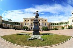 Pavlovsk-Palast und Paul `s Denkmal Stockbild