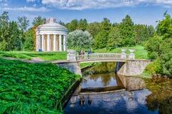 Pavlovsk Park De Tempel van Vriendschap en de Gietijzerbrug Stock Foto's