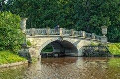 Pavlovsk Park Een mens die op de Visconti-brug vissen Stock Afbeelding