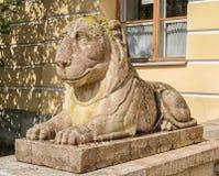 Pavlovsk Park Het leeuwstandbeeld door het Grote Paleis Royalty-vrije Stock Afbeeldingen