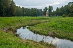 Pavlovsk parkerar, den Slavyanka floden Royaltyfria Foton