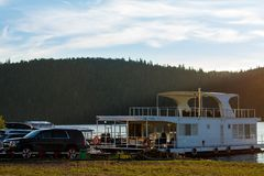 Pavlovsk Reservoir, Rusland - Augustus 10, 2018: witte die woonboot op de kust wordt geparkeerd stock afbeelding