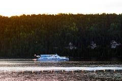 Pavlovsk-Reservoir, Russland - 10. August 2018: Fähre auf Hintergrund von mountaine Wald, Sommerbootsreise lizenzfreies stockfoto