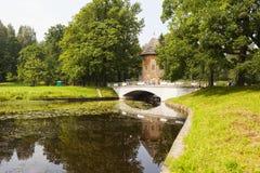 PAVLOVSK ROSJA, LIPIEC, - 27, 2016: Fotografia Pela wierza i most nad Slavyanka rzeką Zdjęcie Stock