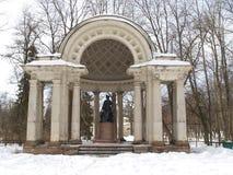Pavlovsk Rossis Pavillon im Winterpark Stockbild