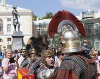 PAVLOVSK, RUSLAND - JULI 18, 2015: Foto van Centurion en legionairs in Pavlovsk Royalty-vrije Stock Afbeeldingen