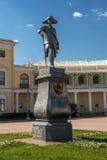 Pavlovsk, Russia - 6 maggio 2016: Monumento all'imperatore Pavel I davanti al palazzo di Pavlovsk St Petersburg fotografia stock libera da diritti