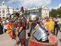 PAVLOVSK, RUSSLAND - 18. JULI 2015: Foto des Kriegers-Militärgeschichtsclubs Legio V Macedonica Stockfoto