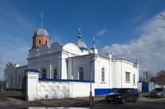 Pavlovsk Ryssland, April 24, 2017 - dag för vår för Pokrovsky tempel ljus Royaltyfri Foto