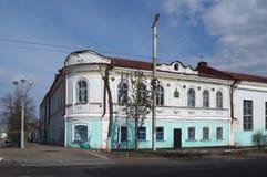 PAVLOVSK RYSSLAND - 24 APRIL 2017: Historiskt hus på gatan av Klement Gottwald Royaltyfri Fotografi