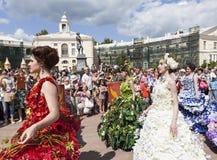 PAVLOVSK RYSSLAND - JULI 18, 2015: Foto av blomsterutställningar festival Royaltyfri Bild