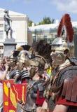 PAVLOVSK RYSSLAND - JULI 18, 2015: Foto av klubban Legio V Macedonica för militär historia för krigare Arkivbild