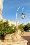 Pavlovsk, St Petersburg, Rosja Rzeźba lew na piedestale blisko Pavlovsk pałac blisko St Petersburg, Rosja Zdjęcia Stock