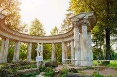 Pavlovsk, St. Petersburg, Rusland Colonnade van Apollo en Apollo-monument bij het Pavlovsk Parkgrondgebied royalty-vrije stock foto's