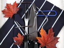 Pavo de la carne asada de la acción de gracias que talla los utensilios fijados Imagen de archivo