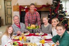 Pavo de la carne asada de la porción del hombre en la Navidad Fotografía de archivo libre de regalías